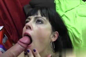 De mama laat haar gezicht vol cum spuiten door de jongeman