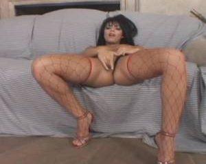 Met haar ogen dicht masturbeert de milf tot ze een orgasme krijgt