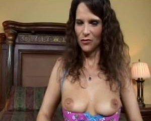 In haar sexy lingerie vingert ze haar kale kut