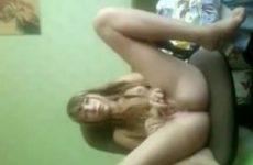Voor de webcam mastubeerd het meisje anal