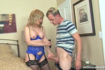 In sensueel lingerie trekt deze volwassen vrouw de harde lid van de jongeman af