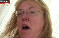 Rijpe vrouw met dikke tieten wipt op en neer op zijn stijve pik