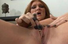 Met een sex toy mastubeerd ze tot ze een orgasme krijgt
