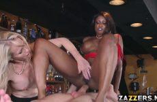 De donkere zuigt en word anal geketst waarna het blondje een beurt krijgt