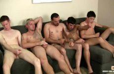 Een verscheidenheid aan gays bevredigen samen