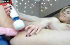 Sexy blondje met grote dildo in haar mooie kutje en Hitachi op haar clitje