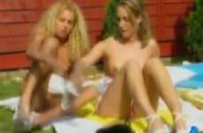 Twee heerlijke geile lesbo lekker ondeugend in de achtertuin