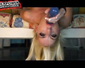 Blonde slet laat haar deepthroat skills zien
