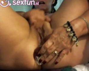 Voor de webcam krijgt de oma een spuitend orgasme
