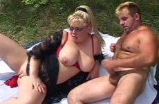 De dikke meid wil pijpen en neuken in de buitenlucht