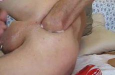 Homo met piercing in zijn ballen vuistneukt extreem