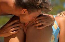 Blonde babe pijpt poolboy op vakantie