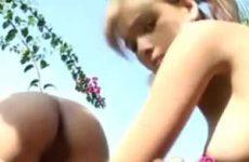 Lesbo tieners likken in de buiten lucht