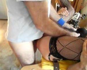 Sissy krijgt anus tulp gevuld met cum